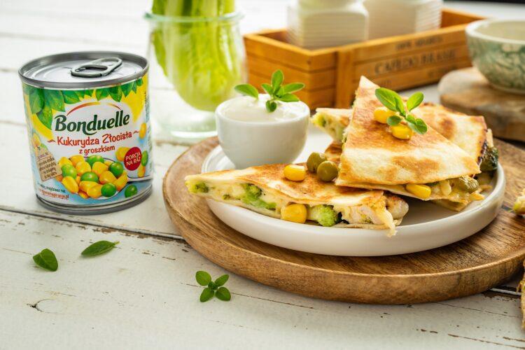 Quesadilla z kurczakiem, brokułem i kukurydzą z groszkiem