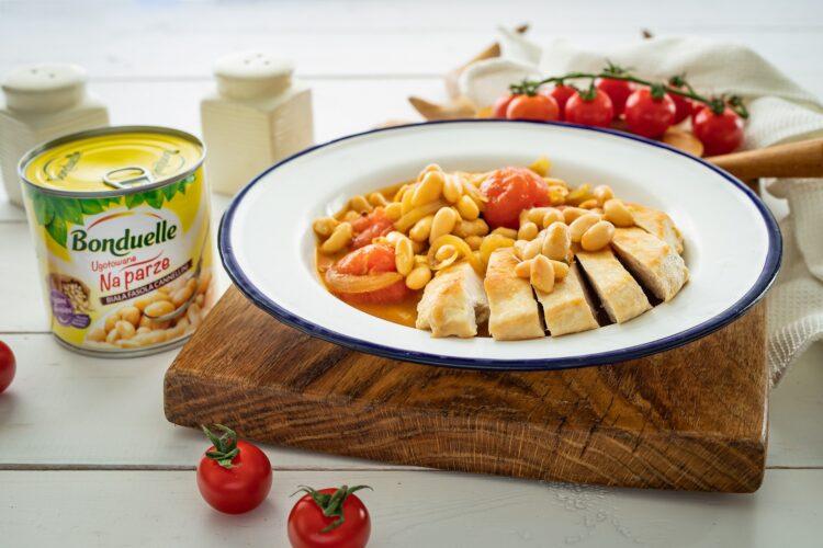 Kurczak w sosie curry z pomidorami i fasolą