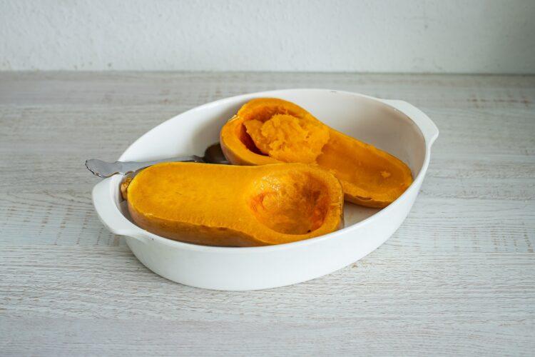 Faszerowana dynia piżmowa z kaszą jaglaną, warzywami i serem - Krok 2