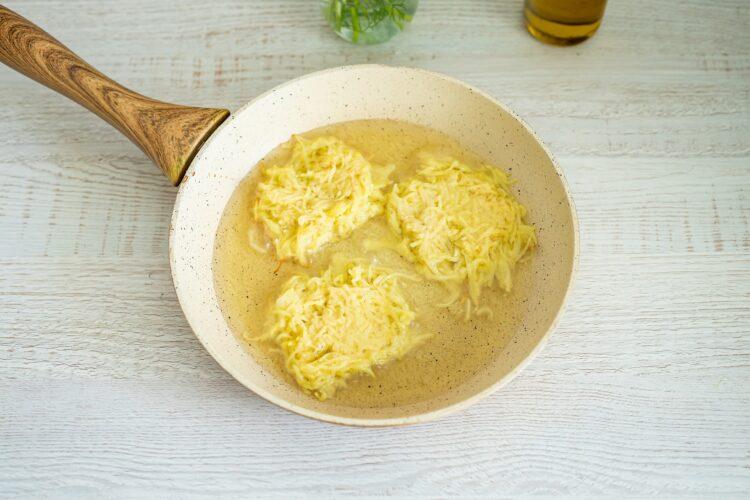 Placki ziemniaczane z jajkiem w koszulce z salsą z kukurydzy - Krok 2