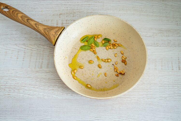 Faszerowana dynia piżmowa z kaszą jaglaną, warzywami i serem - Krok 3