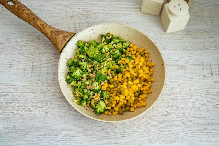 Sałatka z brokułów z kukurydzą, fetą i orzeszkami - Krok 3