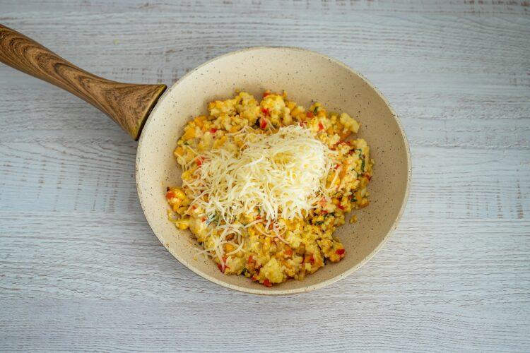 Faszerowana dynia piżmowa z kaszą jaglaną, warzywami i serem - Krok 4