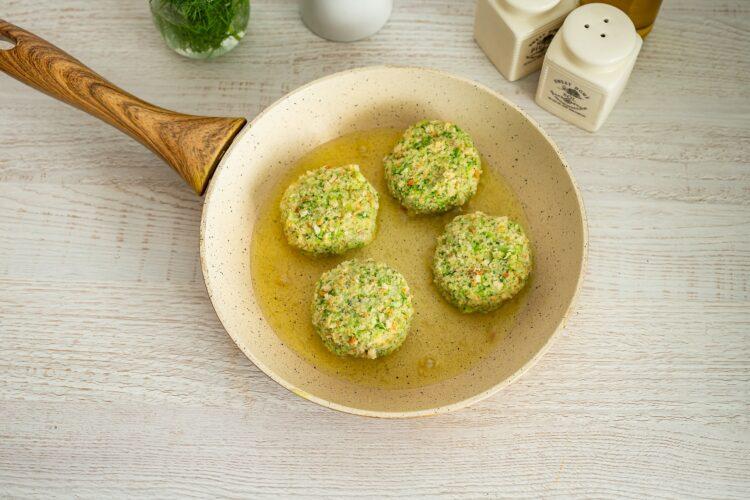Kotleciki z brokuła na kremowym szpinaku z kukurydzą z groszkiem - Krok 4