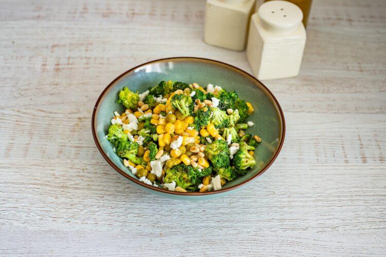 Sałatka z brokułów z kukurydzą, fetą i orzeszkami - Krok 4