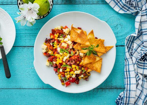 Sałatka meksykańska z serem i nachosami