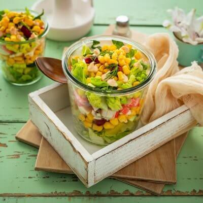 Warstwowa sałatka z paluszkami krabowymi i ananasem