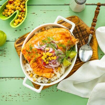 Pieczony łosoś z ryżem po meksykańsku