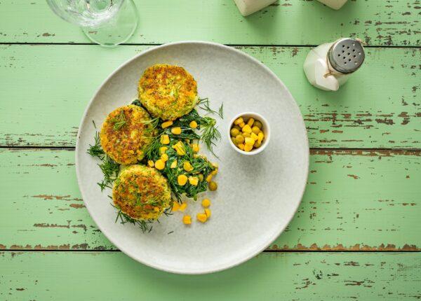 Kotleciki z brokuła na kremowym szpinaku z kukurydzą z groszkiem