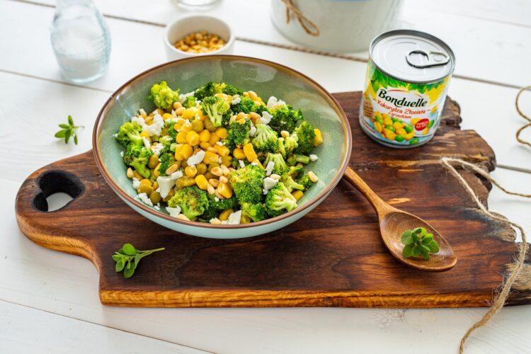 Sałatka z brokułów z kukurydzą, fetą i orzeszkami