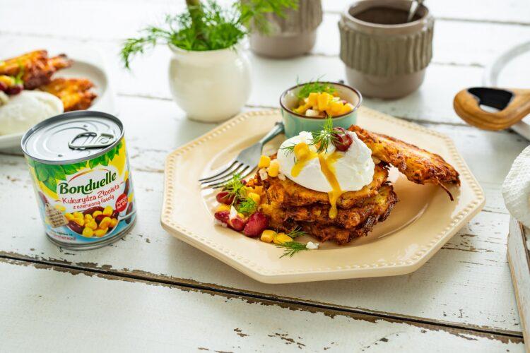 Placki ziemniaczane z jajkiem w koszulce z salsą z kukurydzy