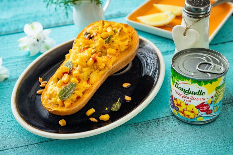 Faszerowana dynia piżmowa z kaszą jaglaną, warzywami i serem