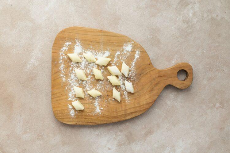Kopytka z sosem śmietanowym z brokułem, pieczarkami i kukurydzą - Krok 1