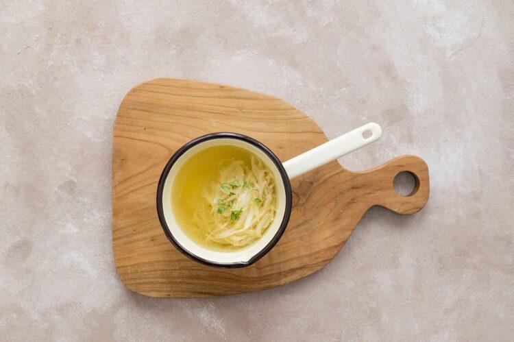 Zupa cebulowa z grzankami z marchewką i serem - Krok 2