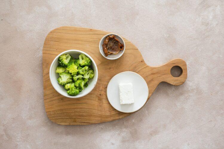 Kasza bulgur z brokułem, groszkiem i suszonymi pomidorami - Krok 2