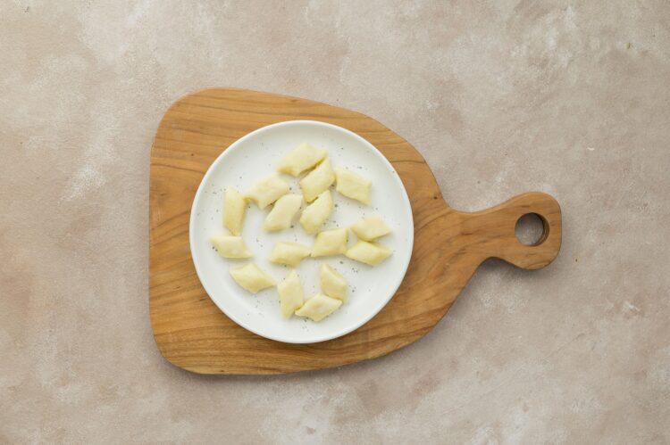 Kopytka z sosem śmietanowym z brokułem, pieczarkami i kukurydzą - Krok 2