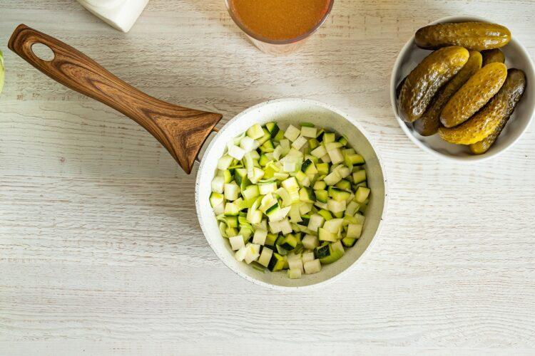 Zupa ogórkowa z zielonymi warzywami - Krok 1