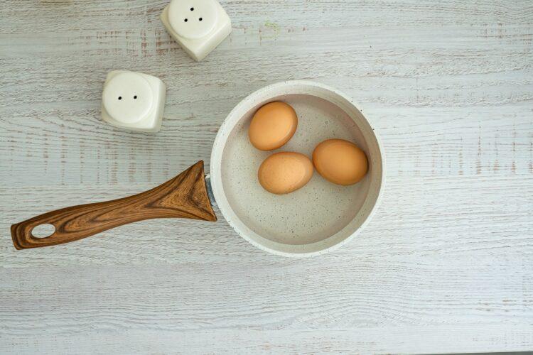 Sałatka z jajkiem z fasolą, wędzonym kurczakiem i awokado - Krok 1