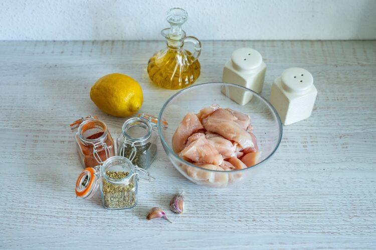 Szybki gyros z kurczaka z jogurtowym sosem z groszkiem - Krok 1