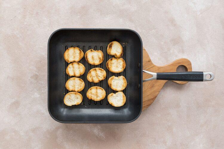 Zupa cebulowa z grzankami z marchewką i serem - Krok 3