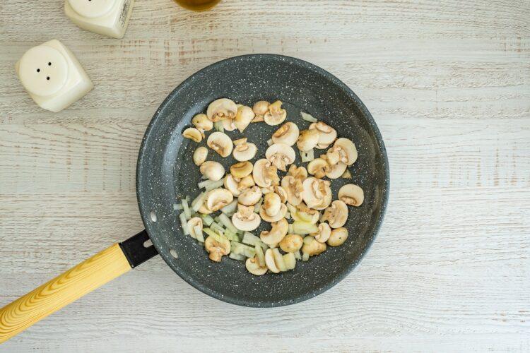 Tortilla z ziemniakami, pieczarkami i groszkiem - Krok 2
