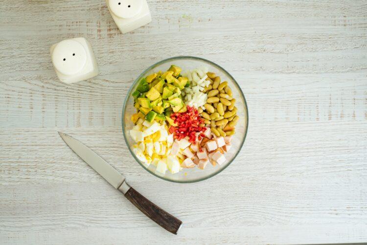 Sałatka z jajkiem z fasolą, wędzonym kurczakiem i awokado - Krok 2