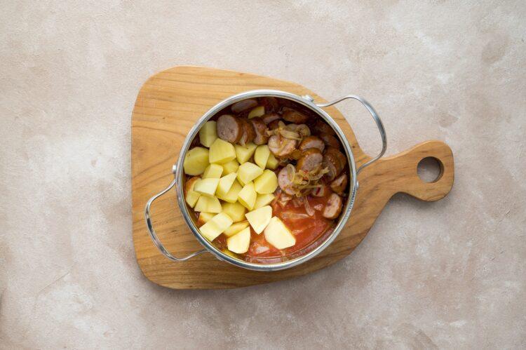 Chłopski garnek z kapustą, kiełbasą i ziemniakami - Krok 4