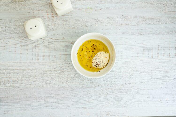 Sałatka z jajkiem z fasolą, wędzonym kurczakiem i awokado - Krok 3