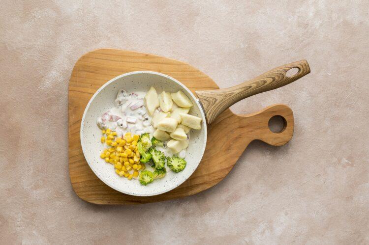 Kopytka z sosem śmietanowym z brokułem, pieczarkami i kukurydzą - Krok 5