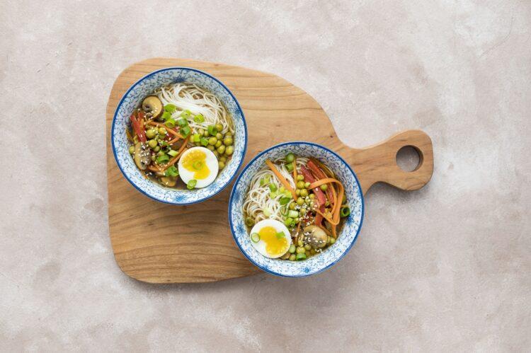 Zupa orientalna ramen z warzywami i jajkiem - Krok 5