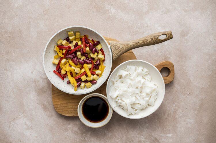 Makaron ryżowy z tofu i papryką w sosie słodko-kwaśnym - Krok 5