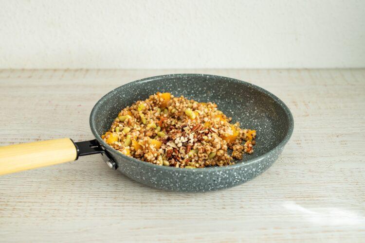 Sałatka z kaszą, dynią, serem pleśniowym i żurawinowym dressingiem - Krok 4