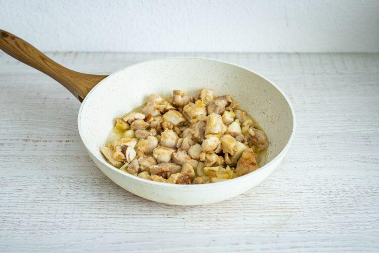 Gulasz z indyka z grzybami i fasolką flażoletką - Krok 4