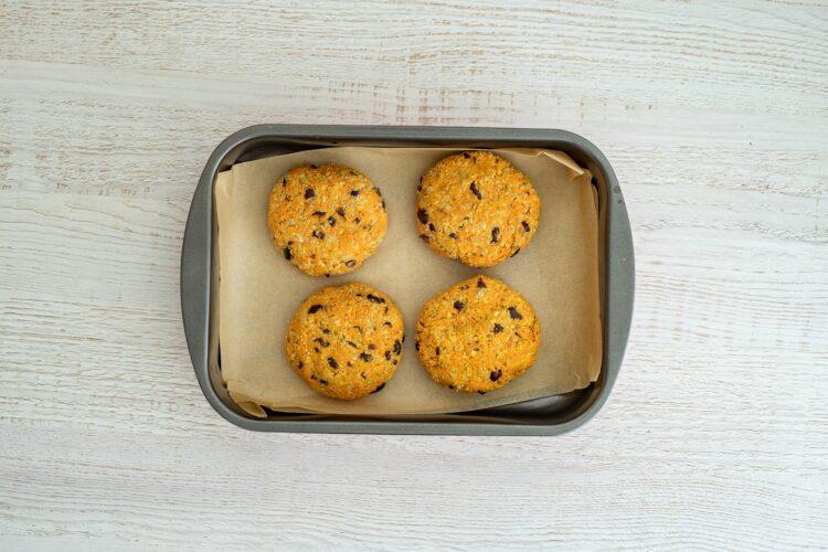 Pieczone kotlety z marchewki z czarną fasolą - Krok 5