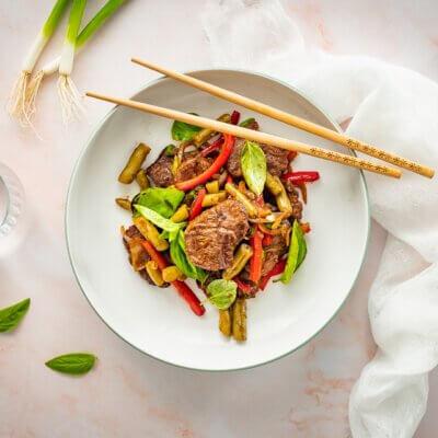 Szybkie danie chińskie z wołowiną i fasolką