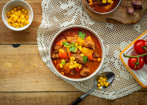Węgierska zupa gulaszowa z kukurydzą