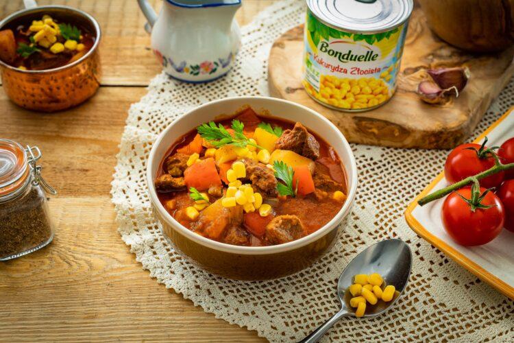 WÄ™gierska zupa gulaszowa z kukurydzÄ…