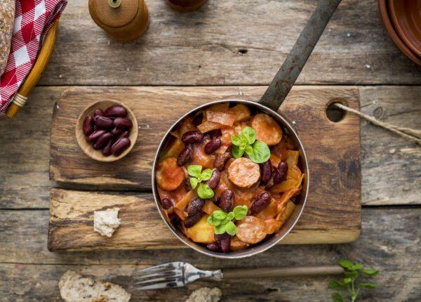 Chłopski garnek z kapustą, kiełbasą i ziemniakami