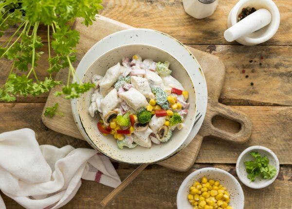 Kopytka z sosem śmietanowym z brokułem, pieczarkami i kukurydzą