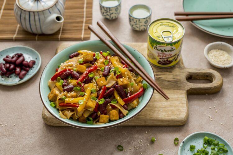 Makaron ryżowy z tofu i papryką w sosie słodko-kwaśnym