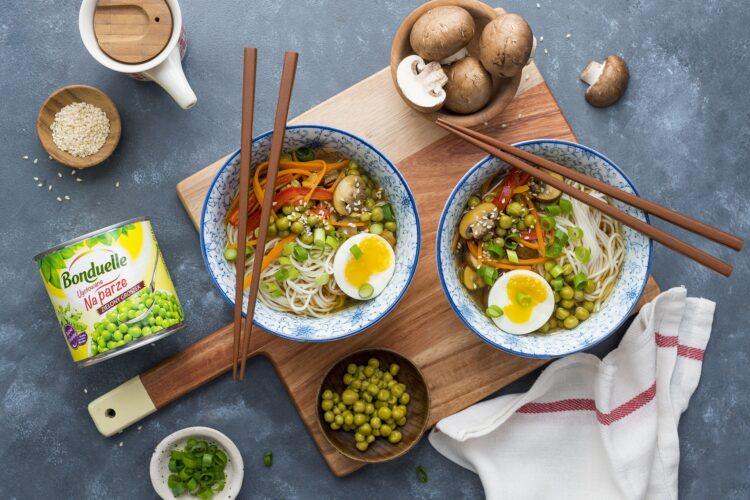 Zupa orientalna ramen z warzywami i jajkiem