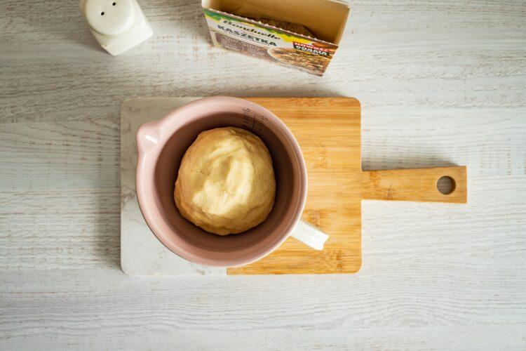 Szybki kulebiak z kaszą, grzybami i wędzonym serem - Krok 1