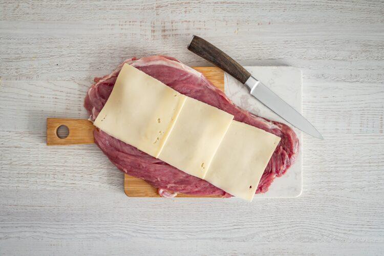 Pieczona polędwiczka wieprzowa faszerowana szpinakiem, kukurydzą i serem - Krok 2