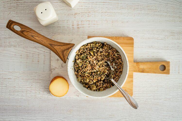 Szybki kulebiak z kaszą, grzybami i wędzonym serem - Krok 2