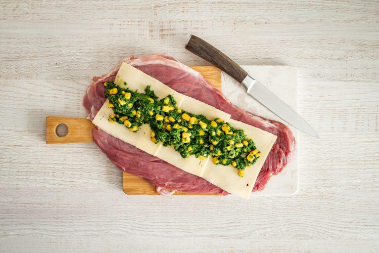 Pieczona polędwiczka wieprzowa faszerowana szpinakiem, kukurydzą i serem - Krok 3