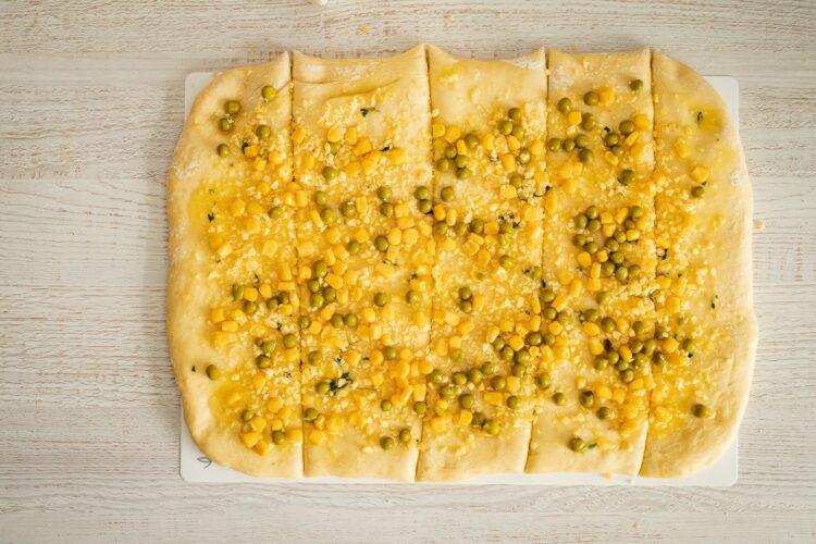 Odrywany chlebek z ziołami, serem, kukurydzą i groszkiem - Krok 3