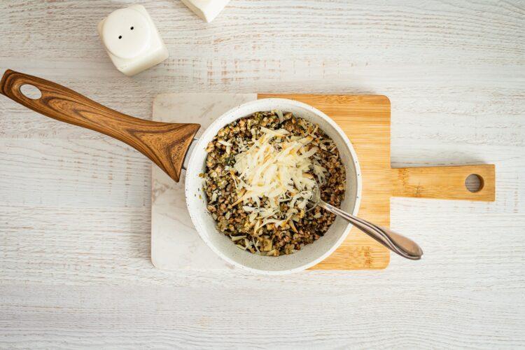 Szybki kulebiak z kaszą, grzybami i wędzonym serem - Krok 3