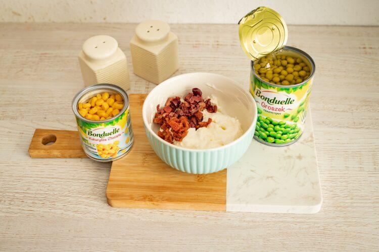 Kruche babeczki z pastą z fety z groszkiem, kukurydzą, oliwkami i suszonymi pomidorami - Krok 4