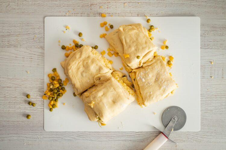 Odrywany chlebek z ziołami, serem, kukurydzą i groszkiem - Krok 4