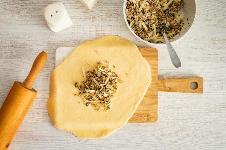 Szybki kulebiak z kaszą, grzybami i wędzonym serem - Krok 4